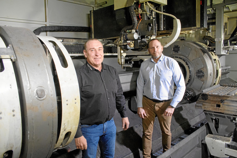 To mænd inde i lasermaskine