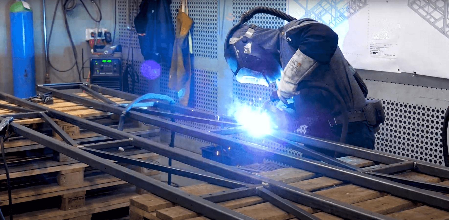 Produktion af stålrammer.